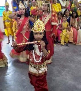 कृष्ण और राधा बन बच्चों ने मन मोहा